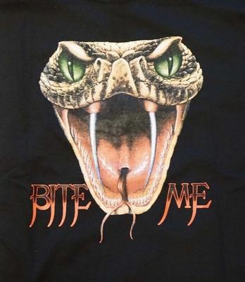 "T-shirt "" Bite me "" cobrakop Zwart"